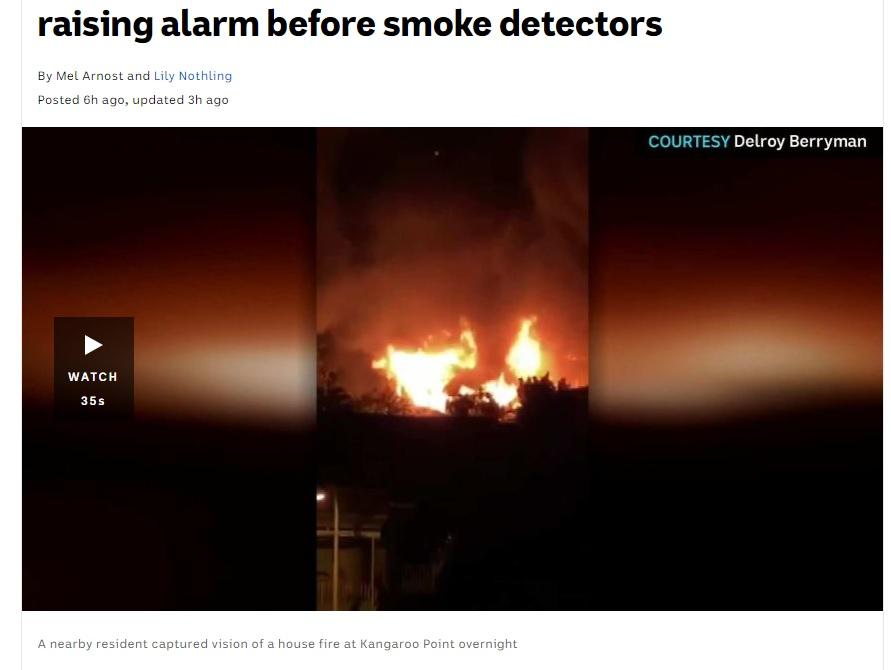 遠方から捉えた火災の様子(画像は『ABC News 2020年11月4日付「Parrot saves owner from Brisbane house fire by raising alarm before smoke detectors」』のスクリーンショット)