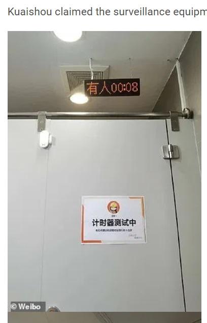「試験中」の貼り紙があり、タイマーが設置されたトイレの個室(画像は『WhatsNew2Day 2020年11月2日付「Chinese tech company has been accused of 'checking employees' toilet breaks' with timers」(Weibo)』のスクリーンショット)
