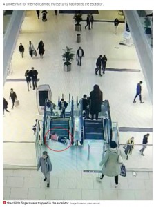 上りエスカレーターの降り口で転んでしまった女児(画像は『Mirror 2020年11月17日付「Terrified toddler's fingers trapped in escalator as dozens of shoppers rush to help her」(Image: Moremoll press service)』のスクリーンショット)