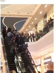 【海外発!Breaking News】買い物客ら集まりエスカレーターを逆に動かす 挟まれた2歳児が無事救出(露)