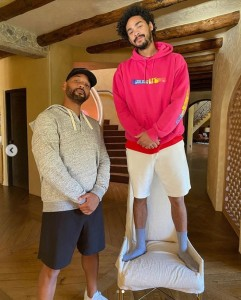 過去の写真を再現してみたウィルとトレイ(画像は『Will Smith 2020年11月11日付Instagram「What has 6 legs and just turned 28?」』のスクリーンショット)