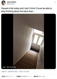 外部へ続く階段が!(画像は『Jamie Wilkes 2020年12月8日付Twitter「Viewed a flat today and I don't think I'll ever be able to stop thinking about the back door...」』のスクリーンショット)