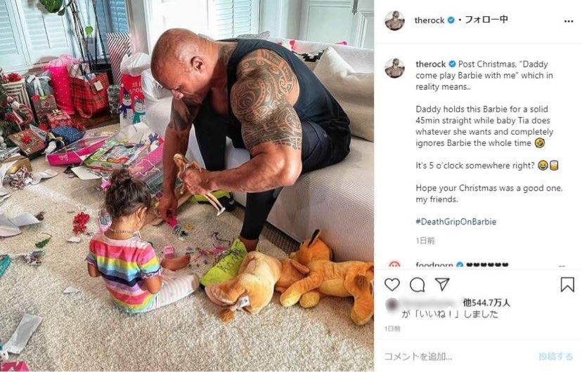 """次女ティアナちゃんに「一緒に遊んで」と言われたものの…(画像は『therock 2020年12月26日付Instagram「Post Christmas, """"Daddy come play Barbie with me"""" which in reality means..」』のスクリーンショット)"""