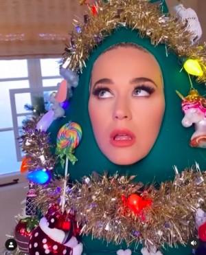 """【イタすぎるセレブ達】""""大の仮装好き""""ケイティ・ペリー、今度はクリスマスツリーに!"""