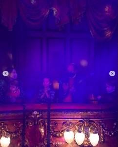 ロイヤルボックスからショーを鑑賞した一家(画像は『Duke and Duchess of Cambridge 2020年12月11日付Instagram「The Duke and Duchess and their family attended a special pantomime performance of The National Lottery's Pantoland at The Palladium, which was held to thank key workers and their families for their phenomenal efforts this year.」』のスクリーンショット)