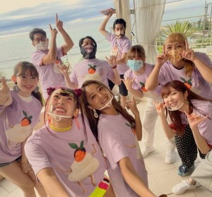 正月特番『有吉の冬休み』沖縄ロケの集合写真(画像は『有吉弘行 2020年11月29日付Instagram「有吉の冬休み。」』のスクリーンショット)