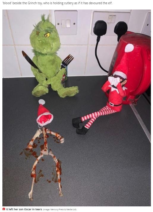 エルフの骨格を再現したチキンの骨、ケチャップの飾り付けも相まって恐怖のシーンが完成(画像は『Mirror 2020年12月4日付「Mum leaves son, 5, in tears after 'cruel' Elf on the Shelf prank backfires」(Image: Mercury Press & Media Ltd)』のスクリーンショット)