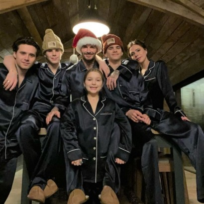 【イタすぎるセレブ達】ベッカム一家、家族6人のクリスマス写真にファン称賛「パジャマ姿がカッコいい唯一のファミリー」