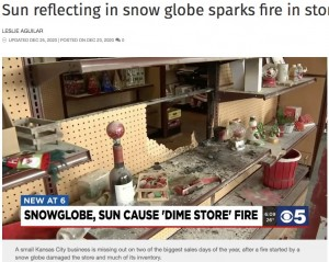 稼ぎ時に一時休業に追い込まれたギフトショップ(画像は『KCTV5 News Kansas City 2020年12月25日付「Sun reflecting in snow globe sparks fire in store front window」』のスクリーンショット)