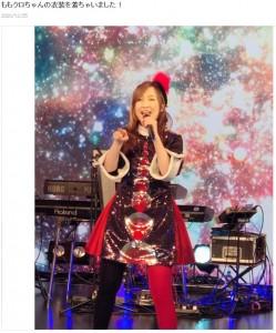 ももクロ・百田夏菜子の衣装を着た森口博子(画像は『森口博子 2020年12月25日付オフィシャルブログ「ももクロちゃんの衣装を着ちゃいました!」』のスクリーンショット)