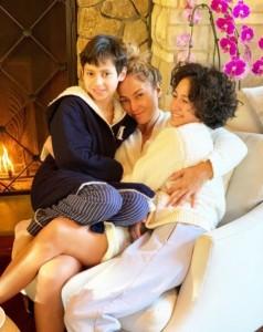 マックスくん&エメちゃんと一緒に、すっぴんのジェニファー(画像は『Jennifer Lopez 2020年12月5日付Instagram「I love that they still want to sit on mama's lap!」』のスクリーンショット)
