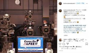 通常はこのような場所から生配信(画像は『坂崎幸之助 2020年12月14日付Instagram「アルフィーの生配信番組『Come on! ALFEE』」』のスクリーンショット)