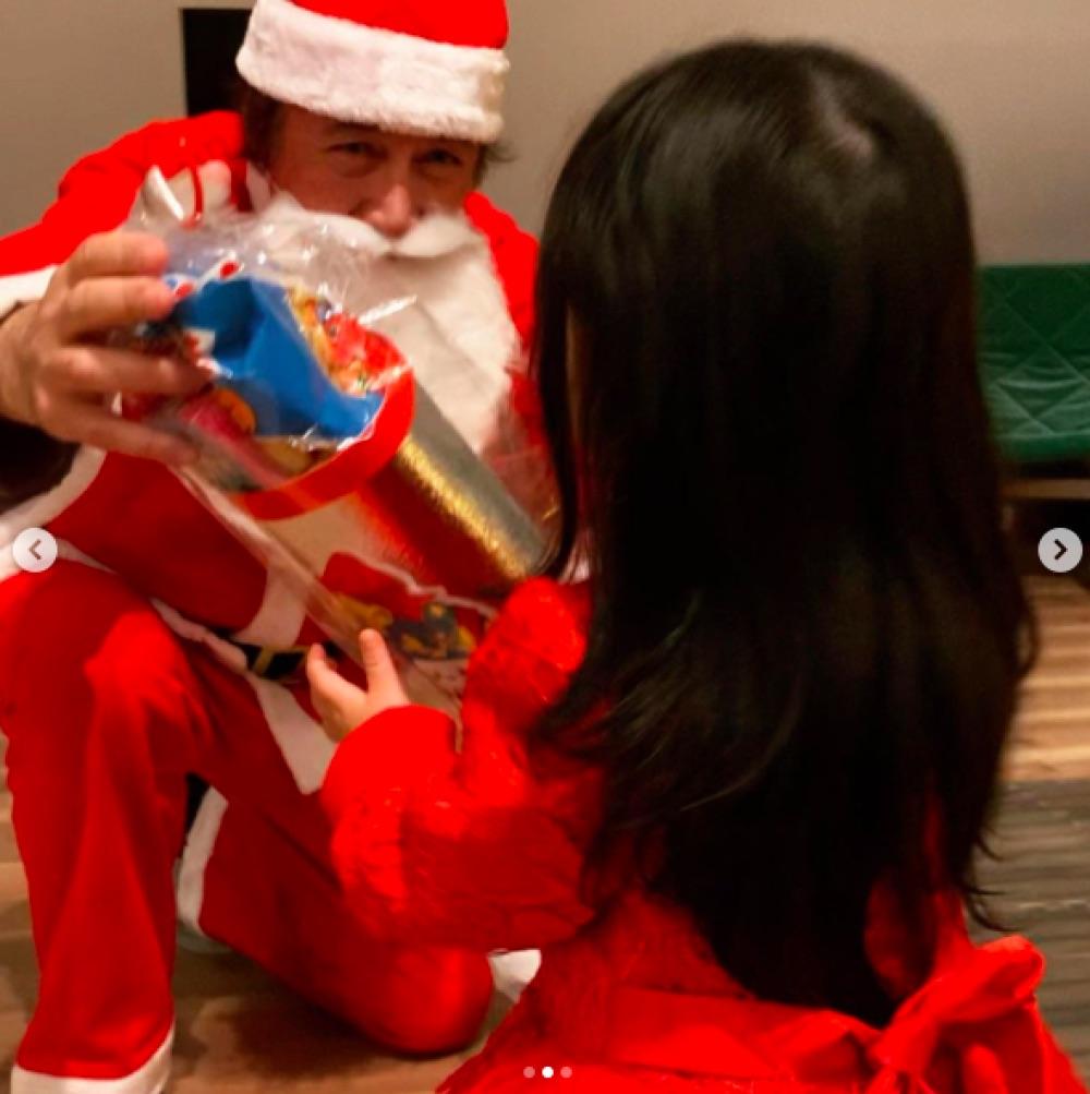 サンタになってもかっこいい草刈正雄(画像は『紅蘭 2020年12月25日付Instagram「Merry Christmas お仕事すこし早めに切り上げて今年は家族でゆっくりお家ディナー」』のスクリーショット)