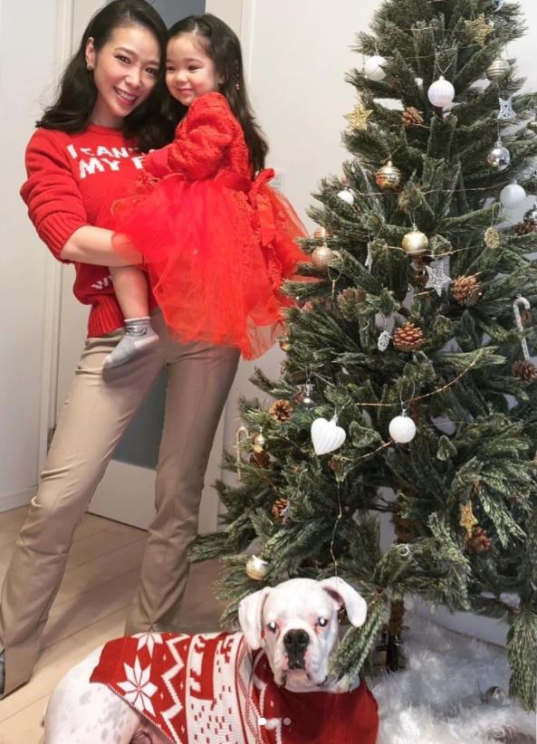 長女を抱く紅蘭、愛犬もクリスマスっぽくおめかし(画像は『紅蘭 2020年12月25日付Instagram「Merry Christmas お仕事すこし早めに切り上げて今年は家族でゆっくりお家ディナー」』のスクリーショット)