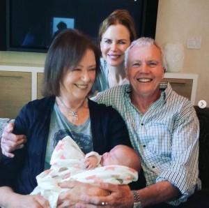 ニコールが公開した両親と赤ちゃんの集合ショット(画像は『Nicole Kidman 2020年12月10日付Instagram「Papa, today would have been your 82nd birthday」』のスクリーンショット)