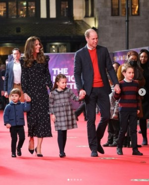 """【イタすぎるセレブ達】ウィリアム王子夫妻の子供達がレッドカーペットデビュー! パパに""""ツンデレ""""なシャーロット王女が注目の的に"""