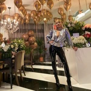 誕生日当日、自宅で家族と一緒にお祝いしたリタ(画像は『RITA ORA 2020年11月27日付Instagram「Me and cake and some trousers I couldn't breathe in.」』のスクリーンショット)