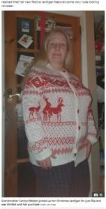 可愛いカーディガンを安く購入できて喜んでいたキャロラインさん(画像は『The Sun 2020年12月16日付「RUDE-OLPH Woman in hysterics after gran accidentally buys rude Christmas jumper - but she's not the only one with X-rated clothes」(Credit: Jam Press)』のスクリーンショット)