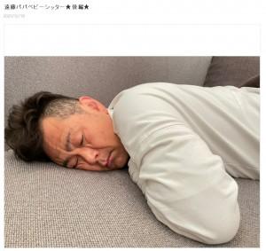 妻が帰宅すると爆睡していたココリコ遠藤(画像は『ココリコ遠藤嫁 2020年12月18日付オフィシャルブログ「遠藤パパベビーシッター★後編★」』のスクリーンショット)