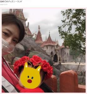 高橋真麻と7か月の娘(画像は『高橋真麻 2020年12月11日付オフィシャルブログ「初めてのディズニーランド」』のスクリーンショット)