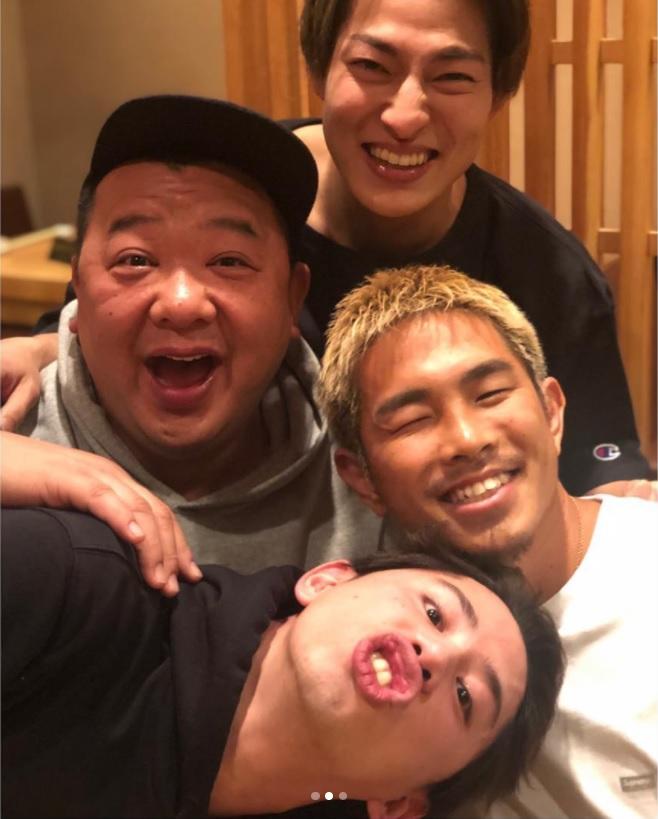 付き合いの長いTaka、DA PUMPのDAICHI、井岡一翔との4ショット(画像は『木下 隆行 2019年2月14日付Instagram「5年前に初めて会った時と同じ写真を。」』のスクリーショット)