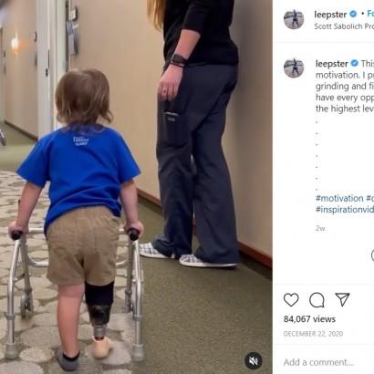 【海外発!Breaking News】「君は一人じゃない!」パラ陸上メダリストが初めて義足を付けた2歳児を応援する姿に感動(米)<動画あり>