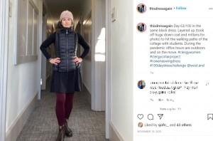 カジュアルな装いで(画像は『Sarah Robbins-Cole 2020年11月19日付Instagram「Day 63/100 in the same black dress.」』のスクリーンショット)