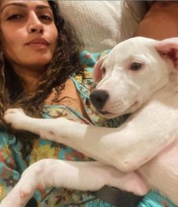 引き取った子犬に寄り添うマシューの妻カミラ(画像は『Camila Alves McConaughey 2021年1月15日付Instagram「New addition to the family」』のスクリーンショット)