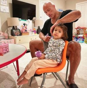 【イタすぎるセレブ達】ドウェイン・ジョンソン、2歳娘の髪をブラッシングする姿に「これぞ理想のパパ」