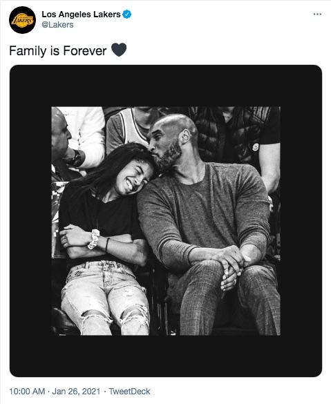 「ロサンゼルス・レイカーズ」公式Twitterが命日に投稿(画像は『Los Angeles Lakers 2021年1月26日付Twitter「Family is Forever」』のスクリーンショット)