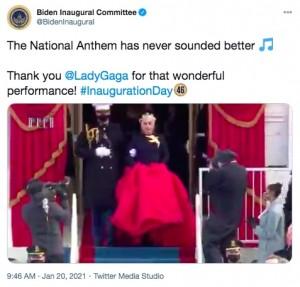 クラシカルな装いで登場したガガ(画像は『Biden Inaugural Committee 2021年1月20日付Twitter「The National Anthem has never sounded better」』のスクリーンショット)