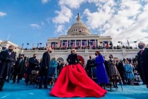 クラシカルなドレスで登場したガガ(画像は『Lady Gaga 2021年1月21日付Instagram「Love my two heroes Mr. President Biden and Madame Vice President Harris and your wonderful families.」』のスクリーンショット)