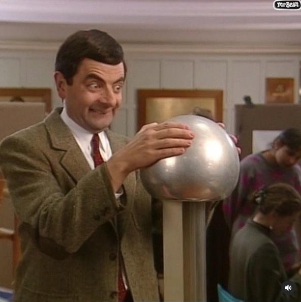 幼稚な振る舞いで笑いを集めたMr.ビーン(画像は『Mr Bean 2020年10月31日付Instagram「So electrifying!」』のスクリーンショット)