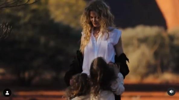 娘2人と一緒に遊ぶニコール・キッドマン(画像は『Nicole Kidman 2021年1月10日付Instagram「Just looking back.」』のスクリーンショット)