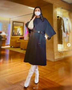「ルイ・ヴィトン」のコートが似合うアンミカ(画像は『アンミカ 2021年1月9日付Instagram「年末年始のお休みを今日で終えました」』のスクリーショット)