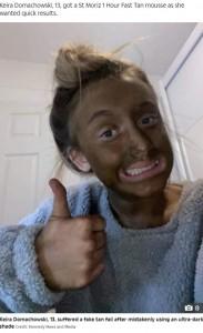 真っ黒の顔にはキャロルさんも大爆笑(画像は『The Sun 2021年1月26日付「WENT WONKA Girl, 13, left looking like an Oompa-Loompa after mistakenly using ultra-dark fake tan」(Credit: Kennedy News and Media)』のスクリーンショット)