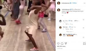 家族譲りのダンススキルを持つブルー・アイビーちゃん(画像は『Tina Knowles 2021年1月11日付Instagram』のスクリーンショット)