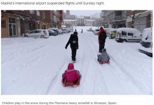 珍しい雪に子ども達も大はしゃぎ(画像は『CNN International 2021年1月10日付「Spain paralyzed by snowstorm, sends out vaccine, food convoys」』のスクリーンショット)