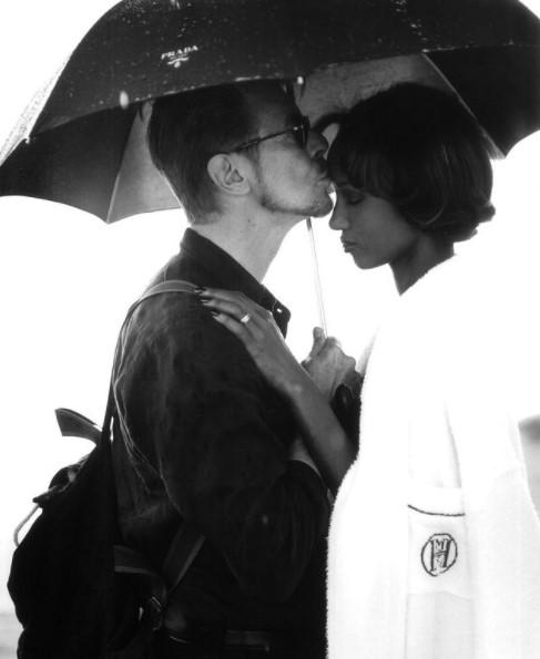 貴重な夫婦のツーショット(画像は『IMAN 2021年1月9日付Instagram「Forehead kisses are kisses meant for the soul.」』のスクリーンショット)