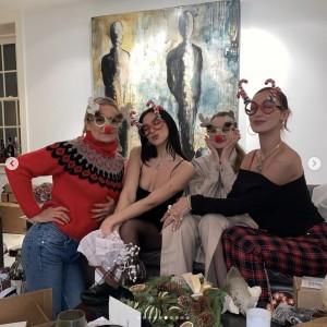 アンワルの姉ジジ&ベラ・ハディッドらとクリスマスを過ごしたデュア・リパ(画像は『DUA LIPA 2020年12月27日付Instagram』のスクリーンショット)