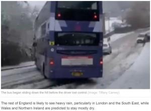 【海外発!Breaking News】2階建てバスが雪道の下り坂でスリップ 前方車両との衝突をギリギリ回避(英)<動画あり>