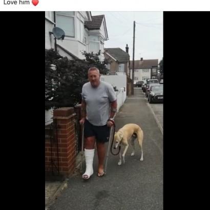 【海外発!Breaking News】松葉杖の飼い主に同情? 怪我をしていないのに片足をかばいながら歩く犬(英)<動画あり>