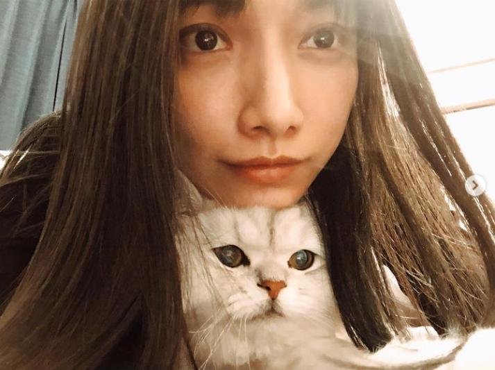 後藤真希と愛猫のオウキくん(画像は『後藤真希 2021年1月11日付Instagram「外に居るとすっごいグリーンが発色してキレイ。」』のスクリーンショット)