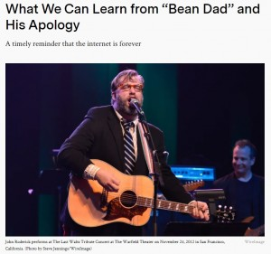 """ミュージシャンとして活動するジョンさん(画像は『InsideHook 2021年1月5日付「What We Can Learn from """"Bean Dad"""" and His Apology」(Photo by Steve Jennings/WireImage)』のスクリーンショット)"""