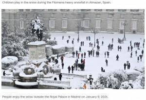 滅多に雪が降らないマドリードも一面雪景色に(画像は『CNN International 2021年1月10日付「Spain paralyzed by snowstorm, sends out vaccine, food convoys」』のスクリーンショット)
