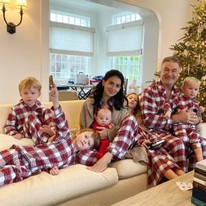 ボールドウィン一家、クリスマスはお揃いのパジャマで(画像は『Hilaria Thomas Baldwin 2020年12月26日付Instagram「Almost all of us are looking!」』のスクリーンショット)