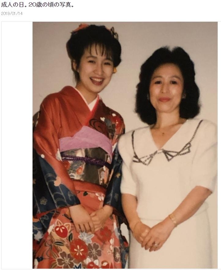 20歳の森口博子「成人の日」に晴れ着姿で母親と(画像は『森口博子 2019年1月14日付オフィシャルブログ「成人の日。20歳の頃の写真。」』のスクリーンショット)