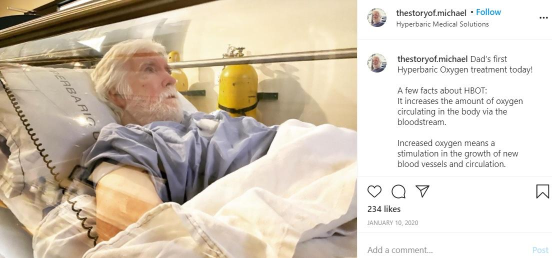 昨年1月、最初の高気圧酸素治療を受けたマイケルさん(画像は『Michael Downer 2020年1月10日付Instagram「Dad's first Hyperbaric Oxygen treatment today!」』のスクリーンショット)