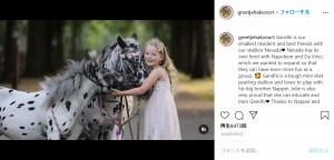 ほとんど同時期に生まれたというジョリーちゃんとナポレオン(画像は『Greetje Arends-Hakvoort 2020年8月9日付Instagram「Gandhi is our smallest resident and best friends with our stallion Nevada」』のスクリーンショット)