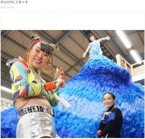 水森かおりの巨大な衣装(画像は『水森かおり 2021年1月3日付オフィシャルブログ「のんびりしてま~す」』のスクリーンショット)